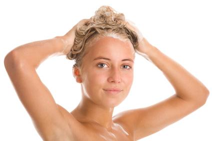 Silbershampoo kann helfen einen Gelbstich in den Haaren zu beseitigen