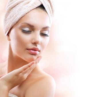 Verschiedene Faktoren können die Hautalterung beschleunigen.