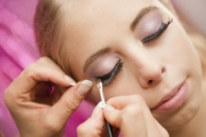 Mit diesen Tipps können Sie falsche Wimpern richtig anbringen
