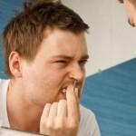 Wer seine Nasenhaare entfernen will, muss einige Punkte beachten.